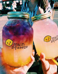 Lemonade in a jar. Lemonade in a jar. Summer Drinks, Fun Drinks, Healthy Drinks, Beverages, Colorful Drinks, Winter Drinks, Cute Food, Yummy Food, Recipe R