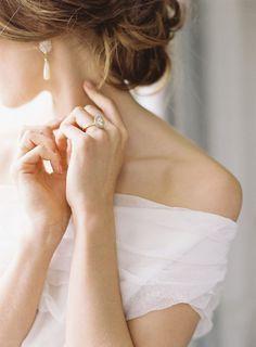 Крупный план. Обручальное кольцо на руке невесты. Или другие детали