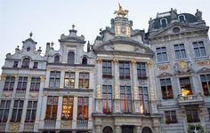 BRUXELLES   Città giovanissima e frizzante, una delle più belle d'Europa e tra quelle da vedere almeno una volta nella vita. Bruxelles è la capitale del Belgio e sede del Parlamento Europeo, ma non solo questo. I voli economici che servono la città sono un incentivo in più per scoprire quartieri in autentico stile Art Nouveau, fare un giro tra le boutiques del centro o tappa a Grand Place, la Piazza Municipale della città dichiarata Patrimonio Mondiale dall'UNESCO nel 1998