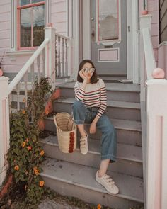 Interessting outfit for September - ChicLadies. Best Photo Poses, Girl Photo Poses, Girl Photos, Model Poses Photography, Ootd Poses, Foto Casual, Posing Guide, Instagram Pose, Ulzzang Fashion