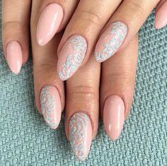 Efekt negatywu, odwrócony french czy Glass Nails… Czym zaskoczą nas w tym roku trendy w ślubnym manicure?