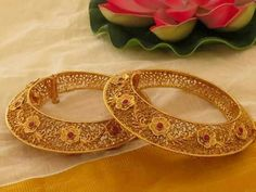 Price For Gold Jewelry Code: 3129223438 Antique Jewellery Designs, Gold Ring Designs, Gold Bangles Design, Gold Jewellery Design, Gold Jewelry, Anklet Designs, Jewelry Patterns, Indian Jewelry, Wedding Jewelry