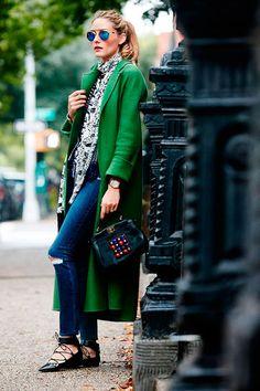 Olivia Palermo usa blazer verde com calça jeans e sapatilha de bico fino preta