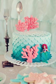 Ariel birthday cake!! And look, there's even a dinglehopper back there!!