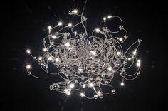 hanglamp 66383: AANBIEDING VAN 499,00 NU TIJDELIJK VOOR 399,00. Een schitterende design hanglamp, voorzien van chromen bolletjes en maar liefst 40 halogeenlampjes! Door de spiraaltjes meer of minder uit te trekken kunt U de afmetingen van deze lamp zelf eenmalig instellen. Zowel groter als kleiner dan op deze foto's en zelfs langwerpig of ovaal van vorm. Tevens prima geschikt voor in een vide. Als videlamp kan de maximale totale hoogte +/- 200 cm bedragen.
