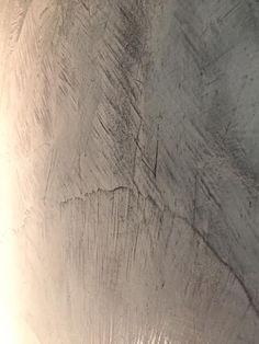 Gemaakt met SanMarco, door een stucfinder.nl-stukadoor. Hardwood Floors, Flooring, Close Up, Texture, Artwork, Wood Floor Tiles, Surface Finish, Wood Flooring, Work Of Art