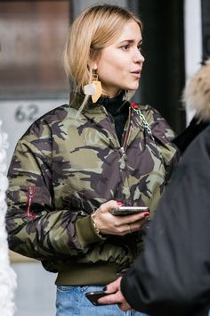 ~ Bomber camouflage ~ Street looks a la Fashion Week automne-hiver de New York Military Chic, Military Fashion, Military Army, Adidas Stan, Street Chic, Street Wear, Fashion Gone Rouge, Street Looks, Looks Cool