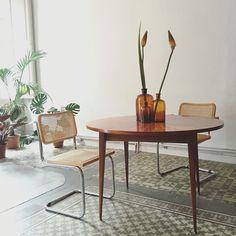 Elegante mesa midcentury con sus sillas cesca de Marcel Breuer