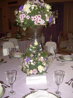 Uma bela mesa decorada para receber os convidados.