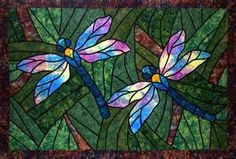 Dragonflies quilt Dragonfly Stained Glass, Stained Glass Quilt, Glass Butterfly, Stained Glass Designs, Stained Glass Projects, Stained Glass Patterns, Stained Glass Windows, Glass Painting Patterns, Dragonfly Photos