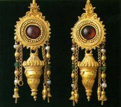 Esemplari antichi gioielli conservati nel Museo Archeologico Nazionale di Taranto