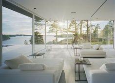De nombreuses baies vitrées qui baignent cette villa suédoise de lumière. Plus de photos sur Côté Maison http://petitlien.fr/828e