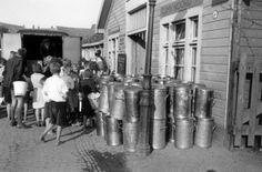 Na een bombardement op Amsterdam verzorgt de Nederlandse Volksdienst de slachtoffers met voedsel. 17 juli 1943.