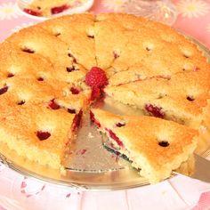 Det här receptet är busenkelt och väldigt gott! Lär dig receptet utantill så har du en kaka du kan slänga ihop i alla lägen! Rör ihop smeten i kastrullen du smälter smöret i, häll den i en smord och...