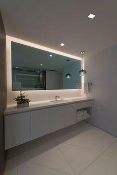 Moderne badkamer met Scandinavische eigenschappen. Te gekke inspiratie voor een moderne badkamer inrichting met minimalisme. Een hele grote spiegel waardoor de badkamer groot oogt. Ook een Scandinavische badkamer inrichting? Klik dan op de foto!