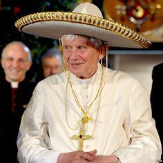 El Papa Benedicto XVI posa con un sombrero tradicional mexicano en León, Guanajuato, durante su visita a México en marzo, en su primera gira por países de habla hispana de América Latina.