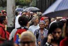 FOTOS: Ni la lluvia ni el paro impidieron a los abuelos ir a cobrar la pensión - El Impulso