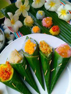 ข้าวเหนียวมูล 5 สี Filipino Desserts, Asian Desserts, Sweet Desserts, Asian Recipes, Healthy Recipes, Ethnic Recipes, Thai Dessert, Thai Dishes, Food Packaging Design