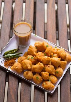 Paneer Pakora Recipe, How to make Pakora Recipe - They are crunchy from out and pillowy soft from within. You get the spice taste and then the cottage cheese gives a delicious flavor in your mouth. Indian Snacks, Indian Food Recipes, Ethnic Recipes, Indian Foods, Paneer Pakora Recipes, Fingers Food, How To Make Paneer, Comida India, Snack Recipes