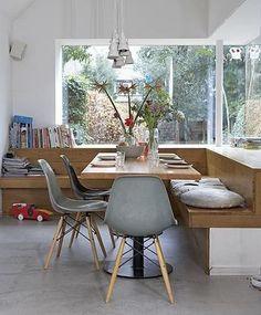 もし、自分のお家のリビングルームが、こんな風だったら… と思わず憧れてしまうような理想的な空間。L字型に配置した ベンチは、お友達をたくさん招いても安心。