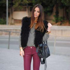 Looks ideales para llevar pantalones vinotinto con estilo