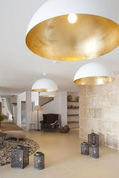 Like simple shapes, lightness of white contrasted with gold interior of the shade as well as the scale.