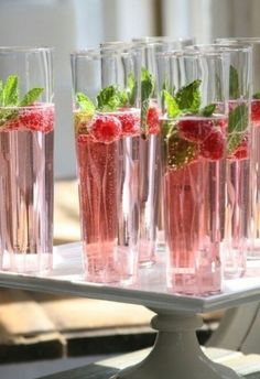 Holiday Cocktails - Champagne, Cranberry Juice, Raspberry & mint to garnish! Cocktails Champagne, Cocktail Drinks, Cocktail Recipes, Alcoholic Drinks, Pink Champagne, Cocktail Ideas, Raspberry Cocktail, Champagne Brunch, Raspberry Mojito