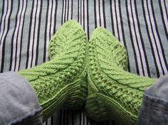 Free pattern in english with chart - Uhoava Gnu Patterns: Kerttu Socks    Kerttu -sukat eivät ole oma mallini, vaan mammalta opittu. Isotätini opetti mallin mammalle ja niin su...