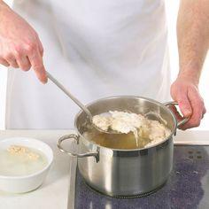 Eine klare Brühe ist was Feines. Für wirklich ungetrübten Genuss müssen Sie die Flüssigkeit nach dem Kochen klären: Dabei werden die Trübstoffe entfernt.