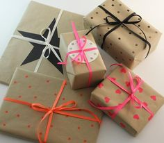 Turn brown paper wrapping into something prettier Wrapping Ideas, Creative Gift Wrapping, Present Wrapping, Creative Crafts, Pretty Packaging, Gift Packaging, Craft Gifts, Diy Gifts, Brown Paper Wrapping