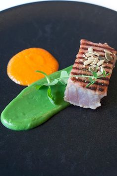 Kort geschroeide tonijn, paprikacoulis, broccolipuree, noedels