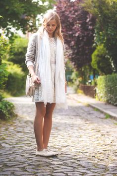 Cozy Summer Style: Scarf beige, beige lace dress, knit cardigan, trio bag beige, espadrilles flats  - Streetstyle, Hamburg, Outfit, Blogger