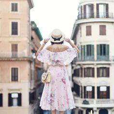 Do topo das escadarias de Piazza di Spagna!!! - uma foto para inspirar nossas fotos!!!!  .  Maravilhosa de @andreea.balaban . Lembre-se que nós fazemos o seu roteiro personalizado em Roma organizamos o seu transfer do/para o aeroporto e também sua hospedagem! info@emroma.com .  Veja mais no Snapchat Em_Roma  #Roma #europe #instatravel #eurotrip #italia #italy #rome #trip #travelling #snapchat #emroma#viagem #dicas #ferias #dicasdeviagem #brasileirospelomundo #viajandopelomundo#visititaly… Eurotrip, Snapchat, Life Is Beautiful, Harajuku, Guys, Travel, Outfits, Instagram, Dresses