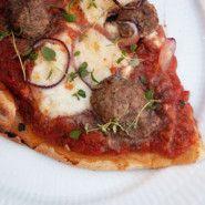 Pizza med kødboller