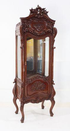 rijk gestoken mahoniehouten 1-deurs vitrinekast met kuif, de zijkanten met glaspanelen, rustend op gebogen poten,