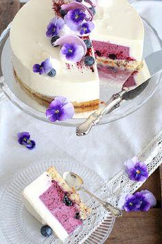 pikku murusia: Mustikka-kardemummajuustokakku Little Cakes, Piece Of Cakes, Yummy Cakes, Amazing Cakes, Vanilla Cake, Food Inspiration, Mousse, Cake Decorating, Cheesecake