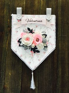 Felt Flowers, Fabric Flowers, Paper Flowers, Felt Diy, Felt Crafts, Paper Crafts, Diy Crafts For Girls, Crafts To Make, Felt Banner