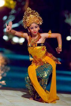 Legong dance Bali Girls, Native Wears, Exotic Dance, Dance Art, Dance Photography, Just Dance, Ulzzang Girl, Dance Dresses, Beautiful People