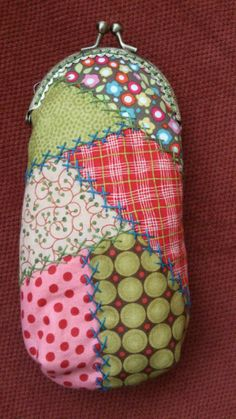 funda de gafas Mini Purse, Tote Purse, Lace Bag, Embroidery Stitches Tutorial, Frame Purse, Crazy Patchwork, Crochet Fabric, Fabric Purses, Craft Bags