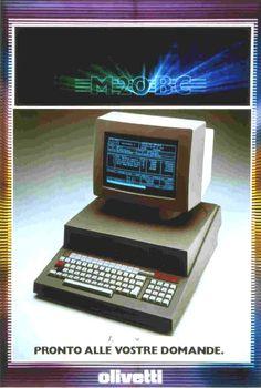"""Un annuncio pubblicitario realizzato nel 1982 per il computer Olivetti M20. Lo slogan """"Pronto alle vostre domande"""" sottolinea la capacità della macchina di svolgere le più svariate operazioni e fa capire agli utenti che da un computer del genere ci può pretendere di tutto."""