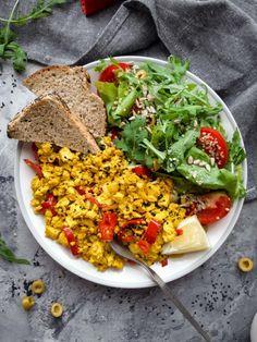 Tofu rántotta Fried Rice, Tofu, Cobb Salad, Fries, Vegan, Ethnic Recipes, Turmeric, Red Peppers, Vegans