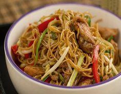 Fideos chinos Ingredientes: 150 g pechuga de pollo, 90 g noodles (fideos) de huevo deshidratados, 100 g brotes de soja, 50 g pimiento rojo, 30 g cebolleta o cebollino, 1 1/2 cda salsa de soja ligera, 1 poco salsa de soja oscura, aceite de sésamo y aceite vegetal, Para macerar el pollo: (Opcional) 1/2 cda salsa de soja ligera, 1/2 cdts 5 especias chinas, 1 cdts maizena, 1 poco salsa de soja oscura, Chow Mein, Asian Recipes, Healthy Recipes, Ethnic Recipes, Guatemalan Recipes, Guatemalan Food, Traditional Chinese Food, Easy Lasagna Recipe, Peruvian Recipes