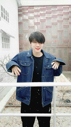 Taeyong's a famous celebrity, a rapper, dancer, and model. Ten is his fan, he dances but has never showed his face. Winwin, Taeyong, Jaehyun, Nct 127, Shinee, Kpop Wallpapers, Kpop Backgrounds, K Pop, Rapper