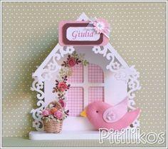 Enfeite de Maternidade charmoso e delicado! Casinha de madeira branca decorada com flores de scrap e passarinho de feltro. Dimensões aproximadas: 20 x 18 cm ***Tempo de confecção de 20 dias
