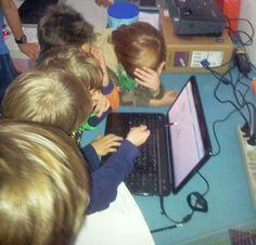 giovanissimi familiarizzano con la programmazione tramite gioco su Scratch durante IntroRobotica, Workshop al Roma Makers FabLab / kids familiarize with code via a Scratch game during  IntroROBOTICA Workshop in Rome, at Roma Makers FabLab #scratch #code Rome