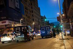 """Despliegue policial en la Gran Vía madrileña donde ha sido dispersado un grupo de """"indignados"""" que esta madrugada habían sido desalojados de la Puerta del Sol, donde se habían quedado tras la primera de las concentraciones autorizadas por la Delegación del Gobierno en Madrid para conmemorar el aniversario del 15M.  LUCA PIERGIOVANNI (EFE)"""