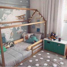 31. Modelo de quarto infantil montessoriano neutro em tons de cinza e mapa na parede