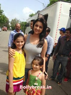 Parineeti Chopra With her Little Fans Indian Bollywood, Bollywood Stars, Bollywood Fashion, Beautiful Bollywood Actress, Most Beautiful Indian Actress, Hot Actresses, Indian Actresses, Parneeti Chopra, Dehati Girl Photo