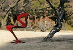 Slinky Chair est une chaise sculpturale réalisée par le studio de design italien, Infinity Design. Elle s'inspire de cet art ancien japonais la « calligraphie » pour transmettre des courbes élégantes, dynamiques et sophistiquées.  Slinky Chair est autant fonctionnelle qu'esthétiquement agréable, offrant un équilibre complémentaire entre un design moderne et l'art traditionnel. Elle sera disponible en trois coloris, rouge, noir et blanc.