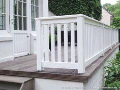 Railing for terrace and balcony hardwood painted white - Terrasse Diy Pergola, Pergola Kits, Exterior Siding Options, Patio Railing, Balcony Lighting, Fence Design, White Paints, House Painting, Backyard